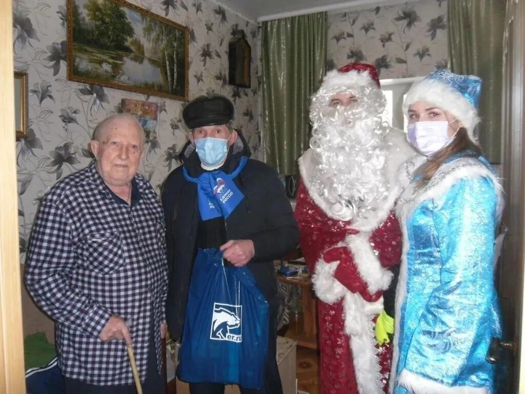 Депутаты и волонтёры поздравили ветеранов из Петровского района с Новым годом
