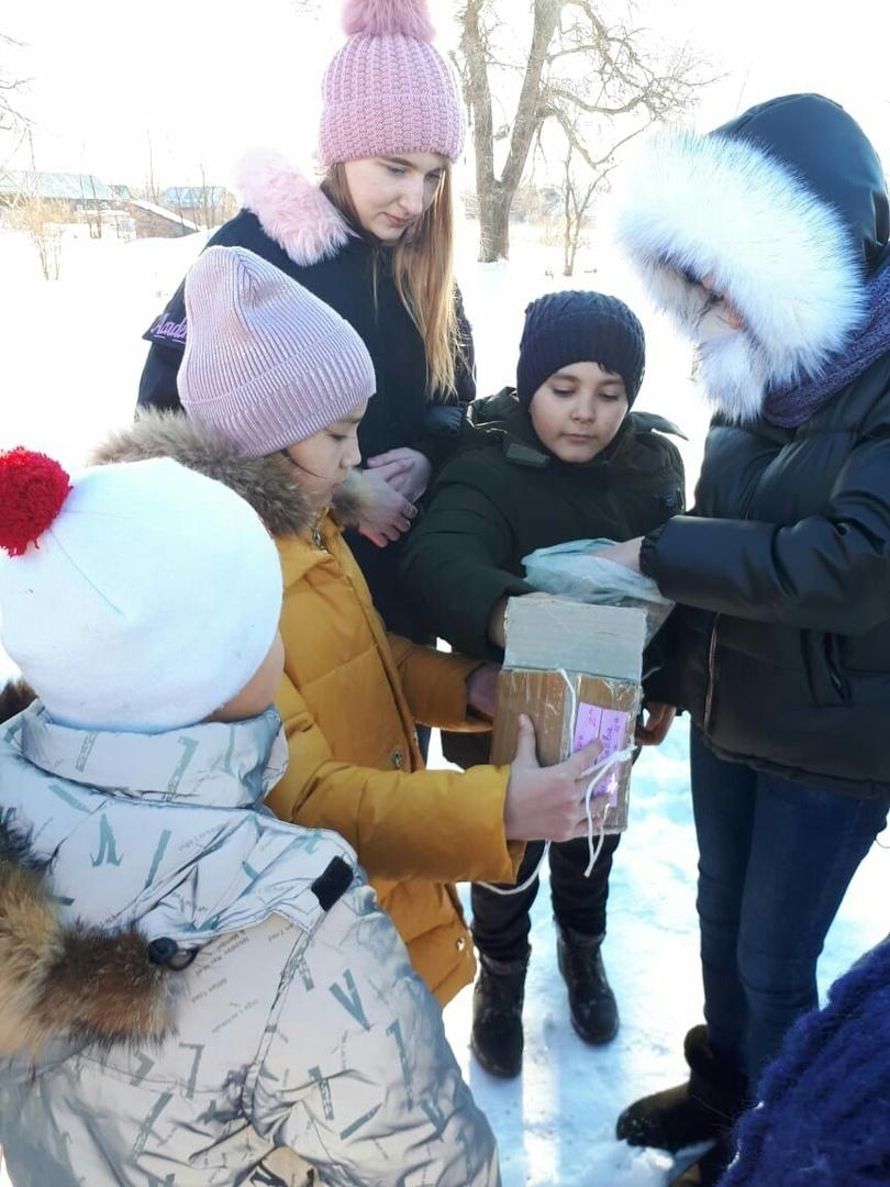 Школьники посёлка Пригородный смастерили и разместили на деревьях кормушки для птиц