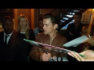 Мэтт Бомер раздает автографы перед пресс-конференцией фильма «Славные парни» ЛА ()