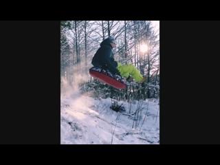 Антон Азаров катается на горке в Калуге