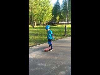 Ваня осваивает скейт.3