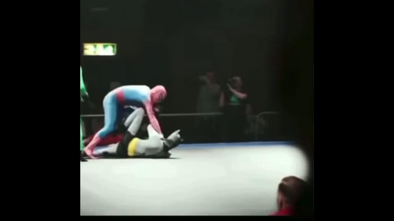 Человек-паук избивает зло.)