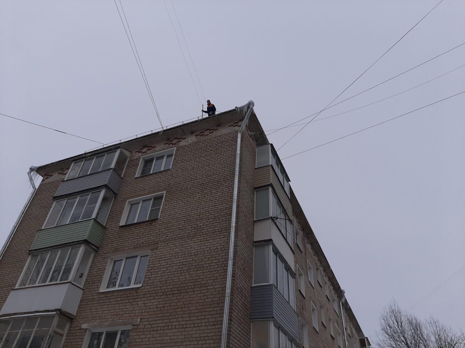 Лепсе 38. Чистка кровли и 11 балконов.