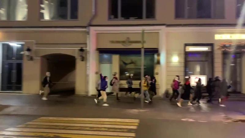 Ночью толпа народа бегала и кричала свободу Навальному за ними вслед бежала только пресса в желтых жилетах
