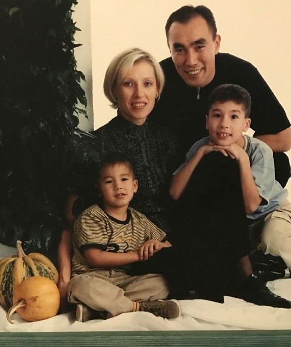 Ольга и Талант Дуйшебаевы с сыновьями Дани и Алексом
