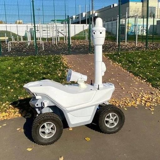 В Парке Победы Зеленограда катается неопознанный робот