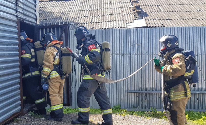 Вчера газодымозащитники 269-й и 271-й пожарных частей #Мособлпожспас провели тренировку по работе в непригодной для дыхания среде