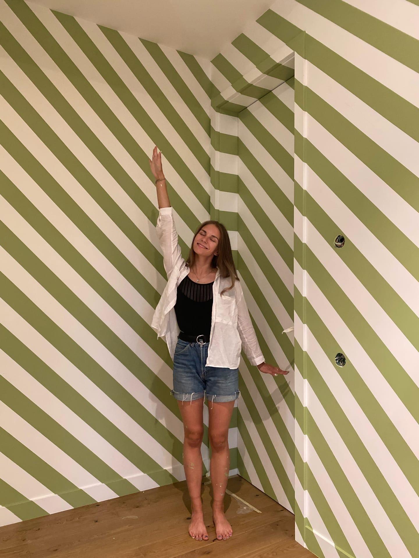 геометрические линии на стене