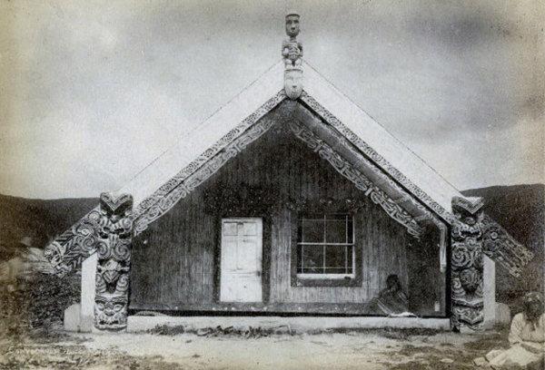 Мараэ маори, Хинемихи, в деревне Те Вайроа, 1881 год. Фото Джозайя Мартина.