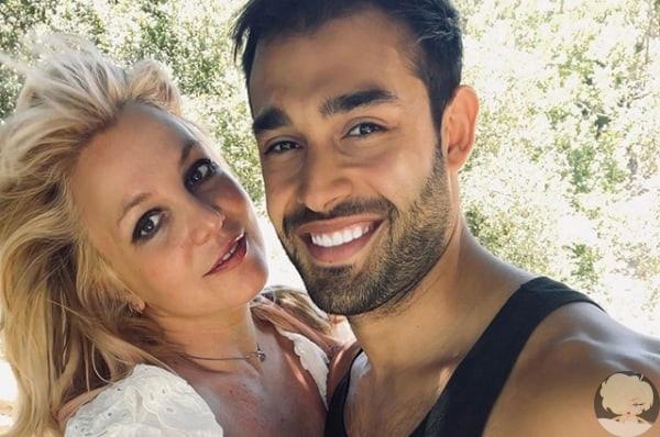 Бритни Спирс объявила о помолвке с бойфрендом Сэмом Асгари: фото кольца В жизни 39-летнейБритни Спирс, кажется, наконец наступила белая полоса. В своем инстаграме певица сообщила, что выходит