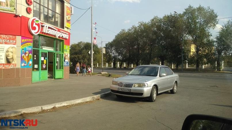 Иномарка перекрыла путь пешеходам в излюбленном месте новотроицких «ВодЯТЛов»