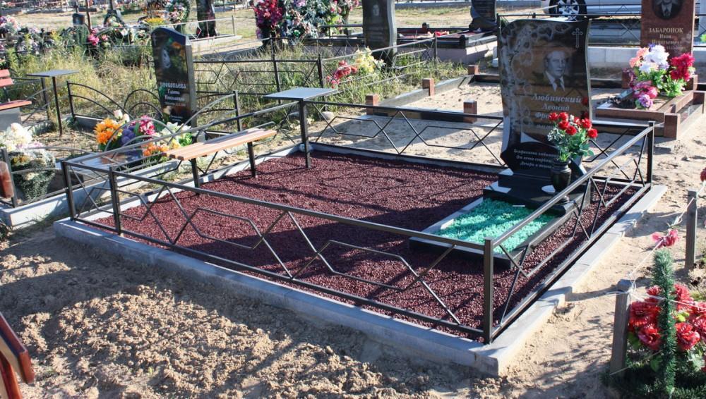 Бордюрный камень на кладбище