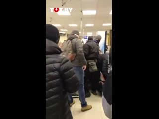 Людей избивают и жестко задерживают в магазине на Червякова днем 15 ноября
