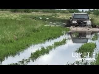 Поехал доставать ниву, а трактор ехал моим следом и утонул.