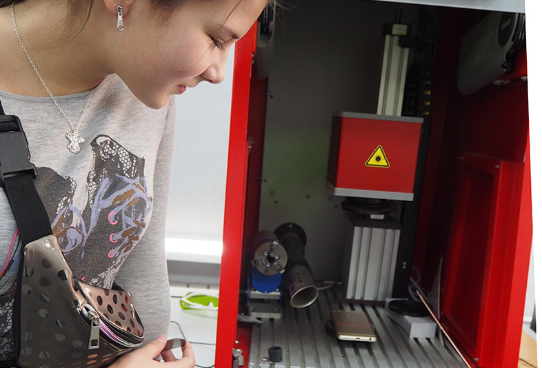 Волоконный лазерный маркиратор МиниМаркер2 на производственной площадке в Колледже связи