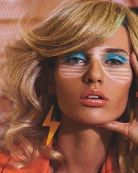 На обложке португальской версии модного издания Vogue появилась откровенные фото модели с неровно наложенным автозагаром Серия снимков появилась в Instagram-аккаунте журнала. «От солнца мы хотим