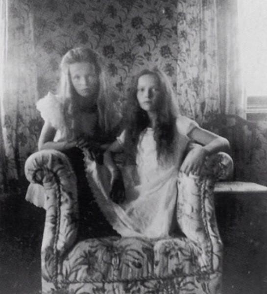 Ольга и Татьяна Романовы, 1905 год, Российская Империя Будут расстреляны большевиками вместе со своей семьей в Екатеринбурге в ночь с 16 на 17 июля 1918 года. Из воспоминаний революционера