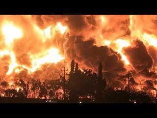 Чудовищный пожар уничтожил нефтезавод в Индонезии