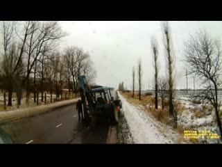 В Белогородской области на трассе у трактора отвалилось колесо и угодило прямиком в другую машину.