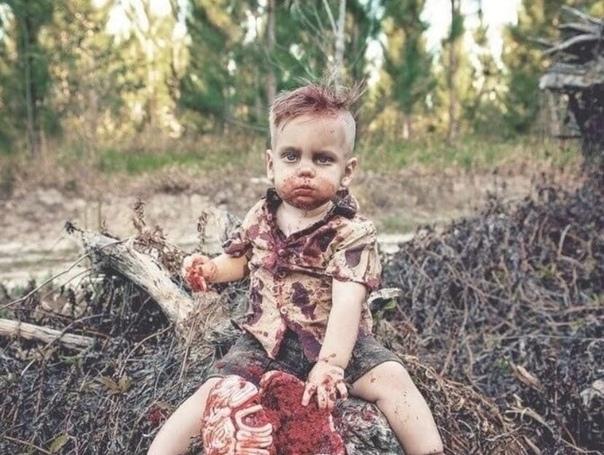 Креативная мамочка сделала необычную фотосессию со своим маленьким сыном. Для такого случая мамочка даже испекла испекла специфичный торт, который не одобрили пользователи соц сетей.Снимки