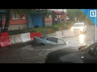 Машина с водителем провалилась под землю